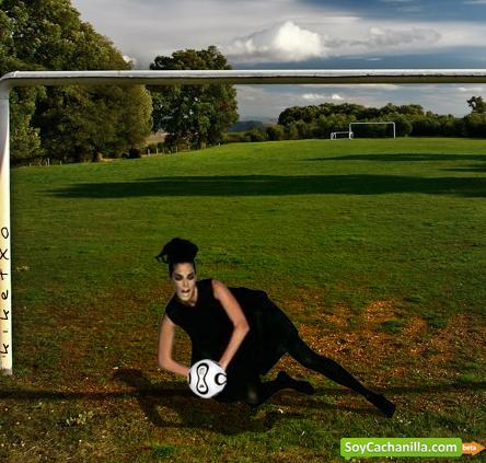 Modelo de futbol atajando una pelota