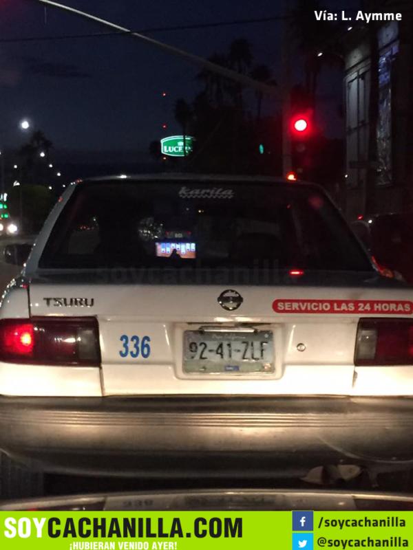 este taxista juega solitario mientras maneja